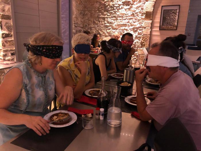 Un repas à l'aveugle